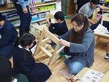 1年生が机と椅子作りをしています。